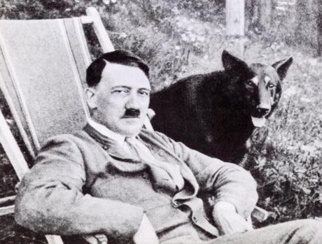 """Hitler e seu cão: """"Não é verdade que eu considere o judeu um animal""""."""
