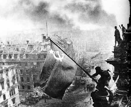 Vejam que mítica imagem. Os vermelhos asteiam uma bandeira no centro arrasado de Berlim. Diga-se de passagem, a importância dos soldados russos foi diminuída no Ocidente nos anos subsequentes.