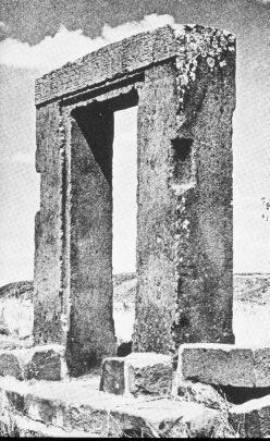 Porta da Lua, em Tiahuanaco. Horbiger estava certo de que tais construções só poderiam ter sido arquitetadas por uma mente superior.