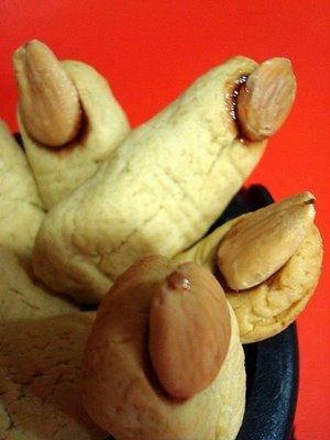 A amputação dos dedos foi um fenômeno relativamente comum nas sociedades tribais. Era um complemento às marcas que o neófito levava como prova de que estivera no país dos mortos, como também um novo nome, cicatrizes e tatuagens.