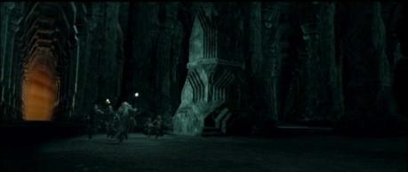 Pernas pra que te quero! Gandalf e sua trupe dão o que tem pra fugir do temível Balrog nos pátios das Minas de Moria.